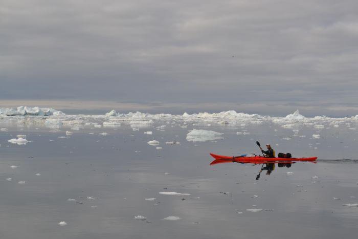 Kayak au Groenland. Photo : Valérie de Nord Espaces