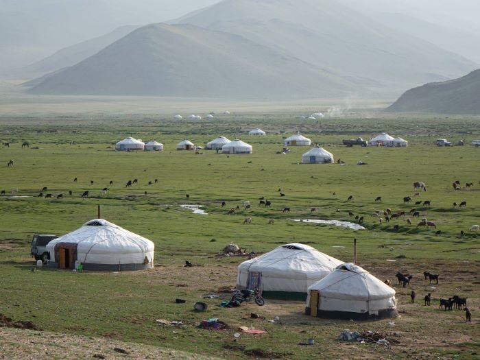 Campement de yourtes dans l'Altaï mongol. Photo : Sébastien de Nord Espaces