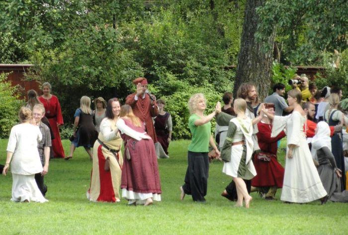 Danse médiévale à Visby. Photo Nord Espaces
