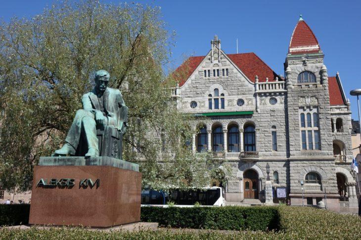 Statue d'Aleksis Kivi, écrivain considéré comme le père de la littérature finnoise, Helsinki, Finlande - Nord Espaces