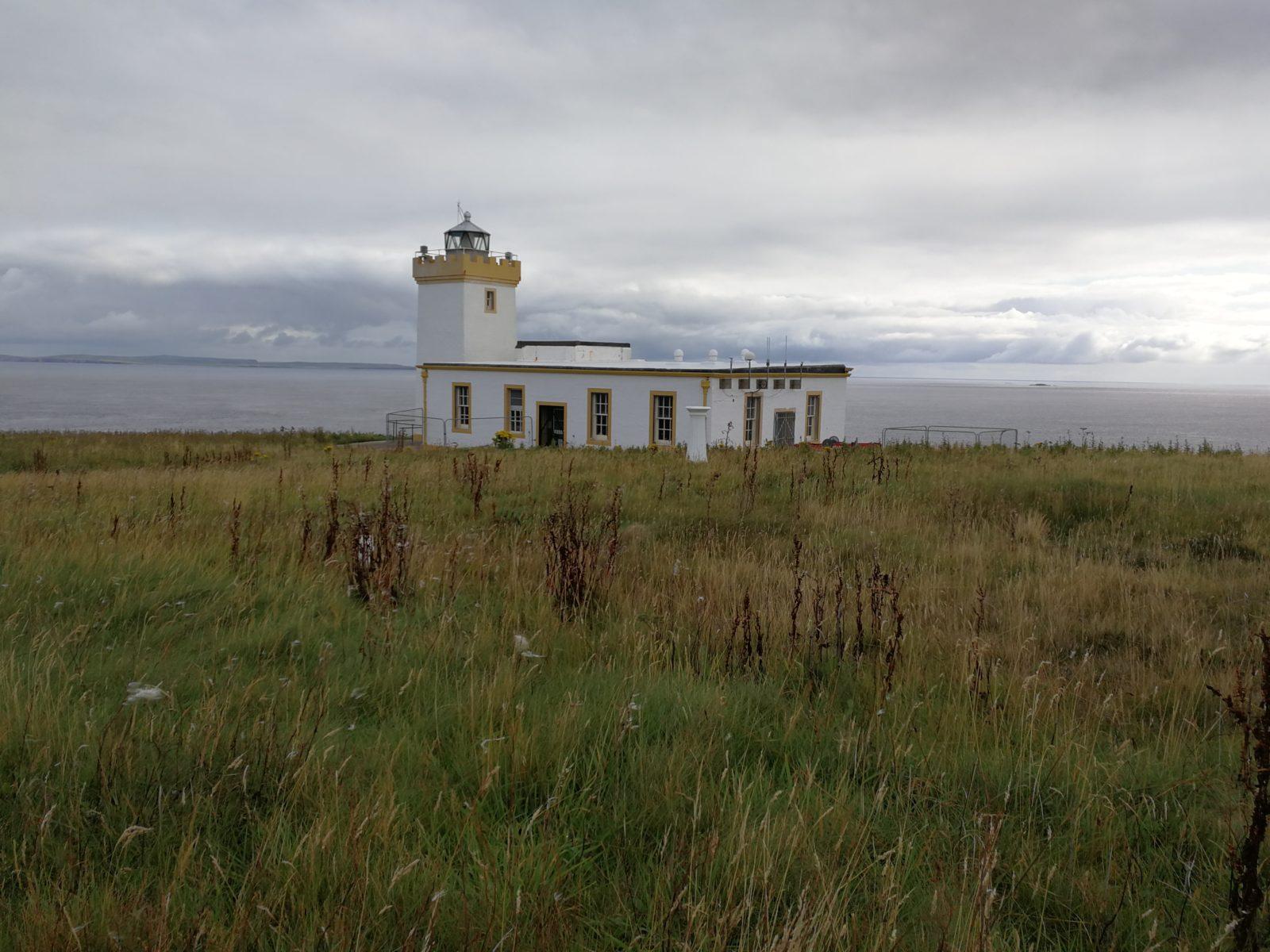 Phare surplombant le Pentland Firth en Ecosse