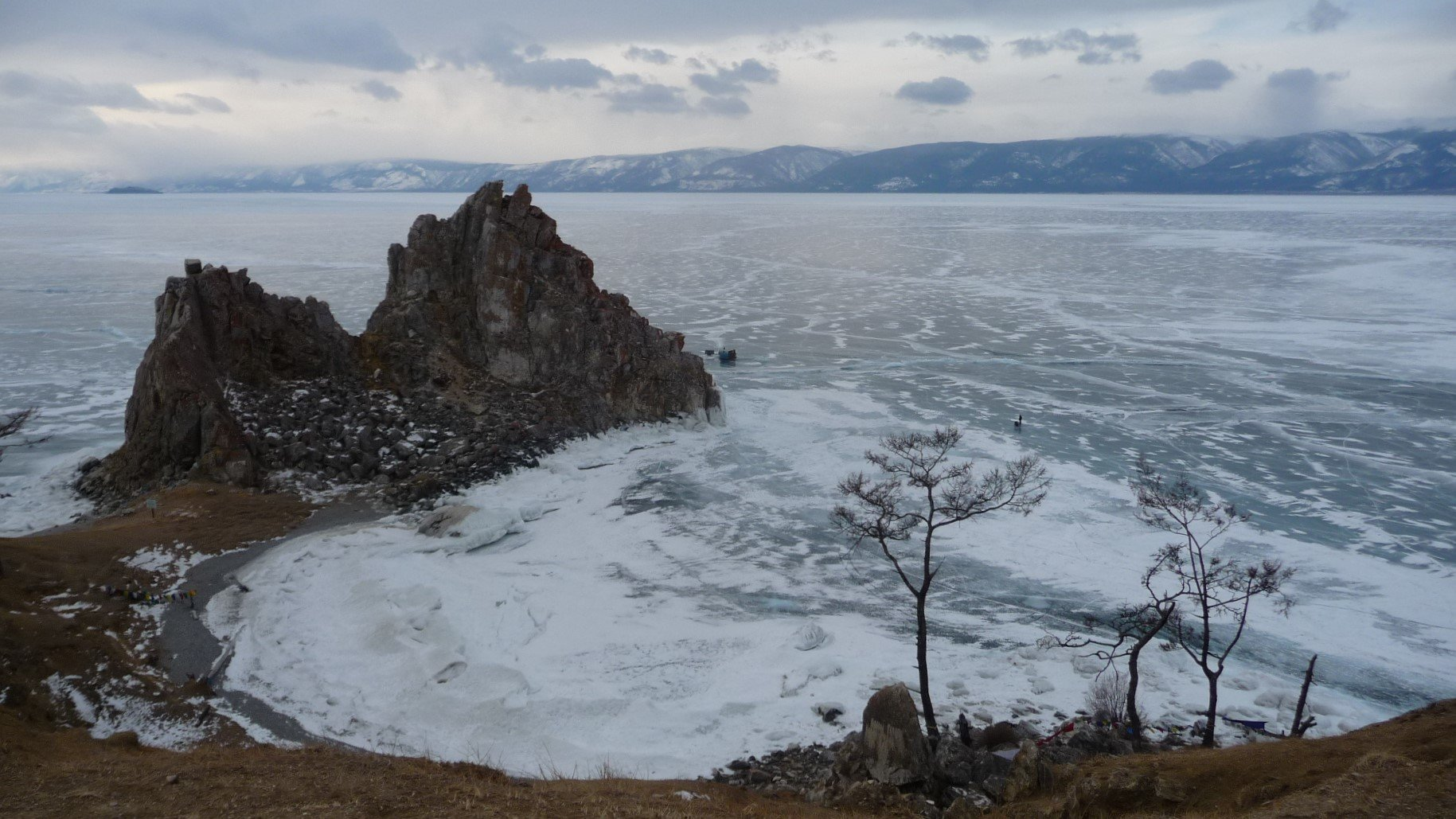Le cap Bourkhan, site sacré du chamanisme, sur l'île d'Olkhon, la plus grande du Baïkal. Photo : Nord Espaces
