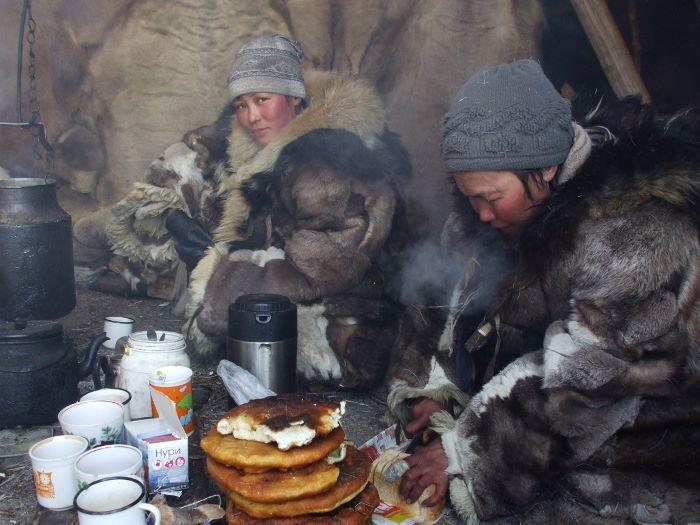 Petit-déjeuner dans la iaranga. Photo : Julia de Nord Espaces