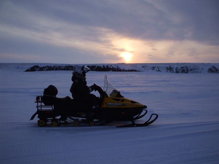 Motoneige et coucher de soleil en Tchoukotka. Photo : Julia de Nord Espaces
