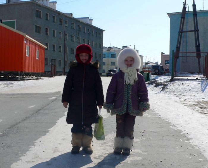 Fillettes russes à Anadyr en hiver. Photo : Julia de Nord Espaces