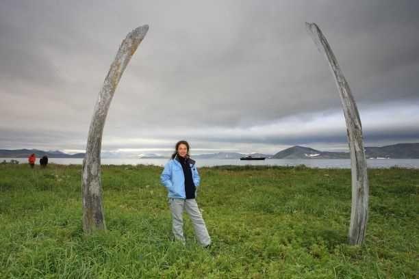 Julia à l'Allée des Baleines, en Tchoukotka. Photo Nord Espaces