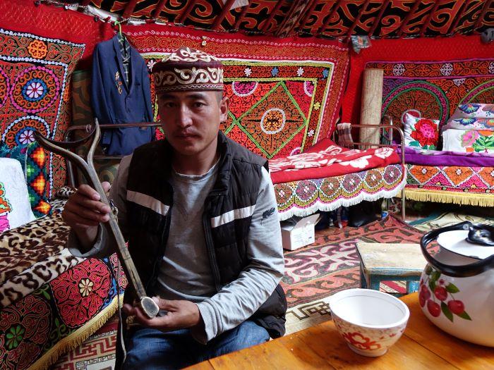 Calé sur la selle, le baldakh repose le bras portant l'aigle. Photo : Sébastien de Nord Espaces