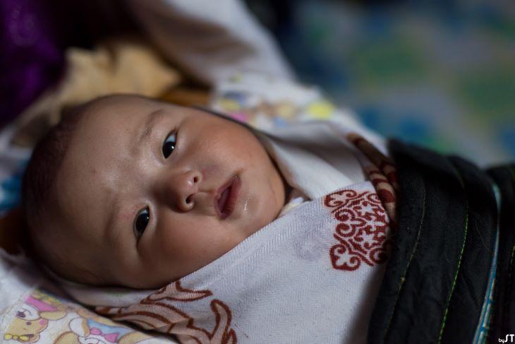 Aya, 9 mois, enfant de Manaa, Sagsai, Mongolie