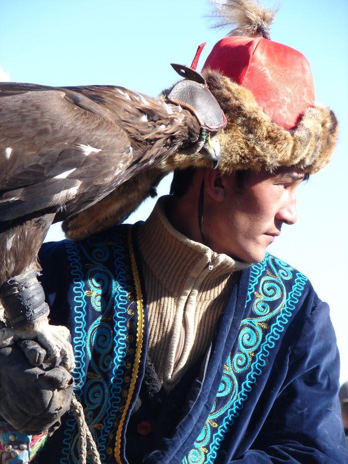 Chasseur kazakh à cheval et son aigle. Photo : Maya de Nord Espaces
