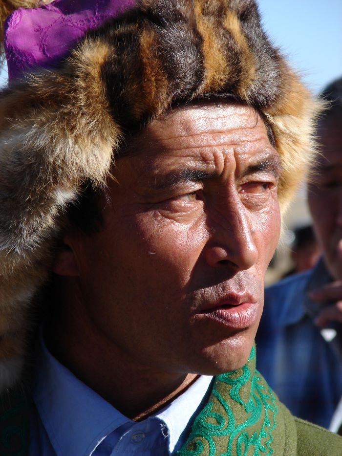 Portrait d'un aiglier kazakh de l'Altaï mongol. Photo : Maya de Nord Espaces