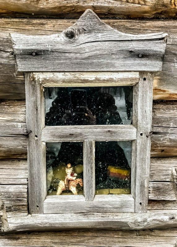 Le reflet de Julia dans une fenêtre d'Arkhangelsk, mars 2020