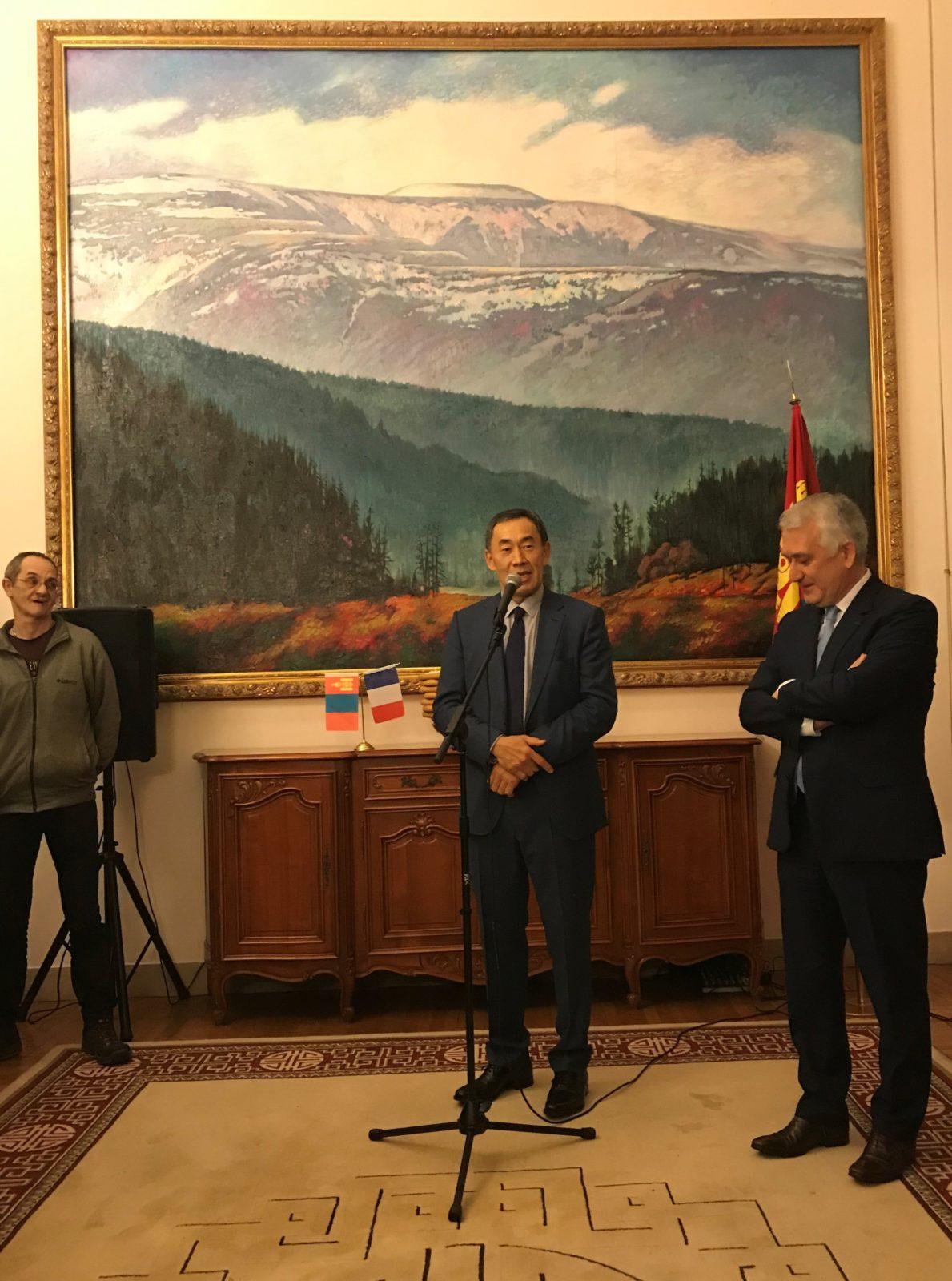 Discours de Son Excellence Monsieur Avirmid BATTUR, Ambassadeur de Mongolie en France, le 1erfévrier 2019.En arrière-plan, une représentation du Burkhan Khaldun.