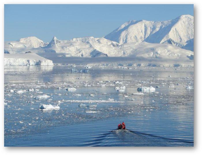 Un canot en Antarctique. Photo : Maya A.