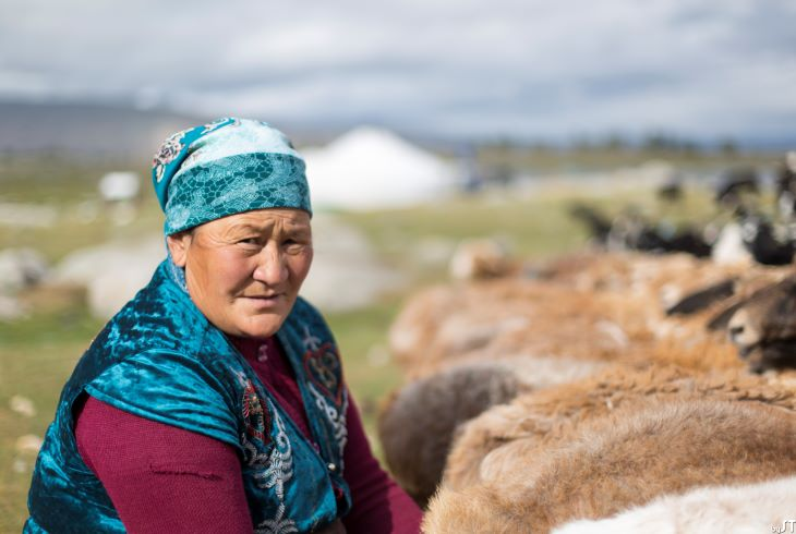 Janglai, 54 ans, maman de l'aiglier kazakh Khumisbek, Altaï, Mongolie