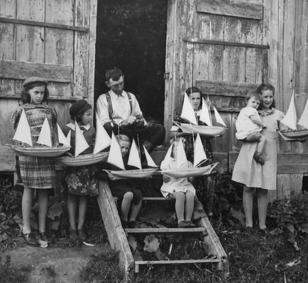 Joseph Huard, fabricant de bateaux miniatures dans la baie des Chaleurs, 1943