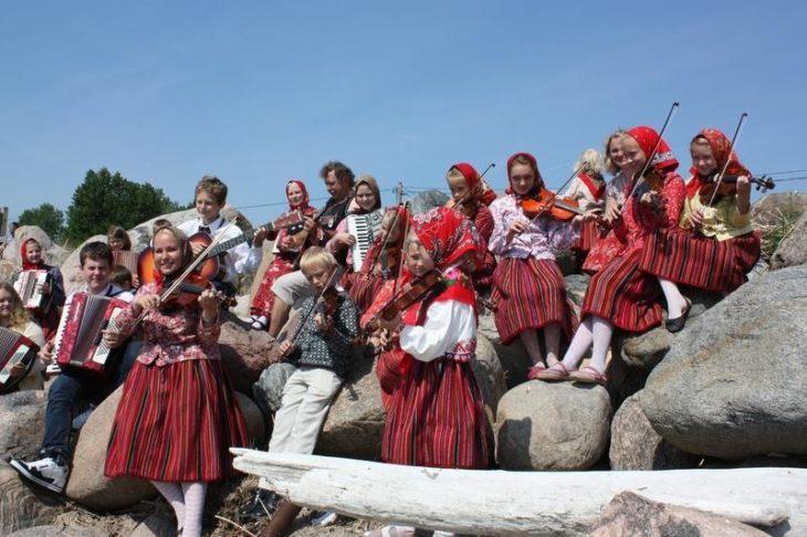 Femmes de Kihnu en habit traditionnel, Estonie