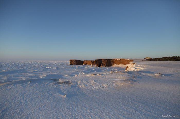 Falaise bordée de banquise aux Îles de la Madeleine. Photo : Stéphanie de Nord Espaces