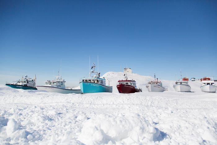Bateaux de pêche attendant la débâcle. Photo : Stéphanie de Nord Espaces