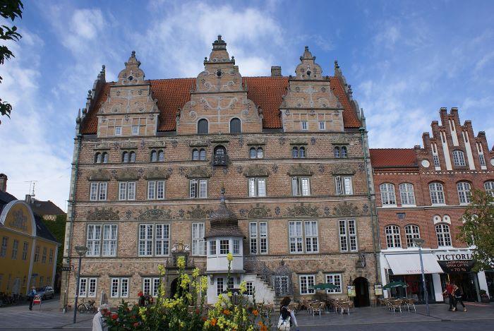 La Maison de Jens Bang à Aalborg, troisième ville la plus peuplée du Danemark, par le Dr. Jost Hindersmann Krimidoedel