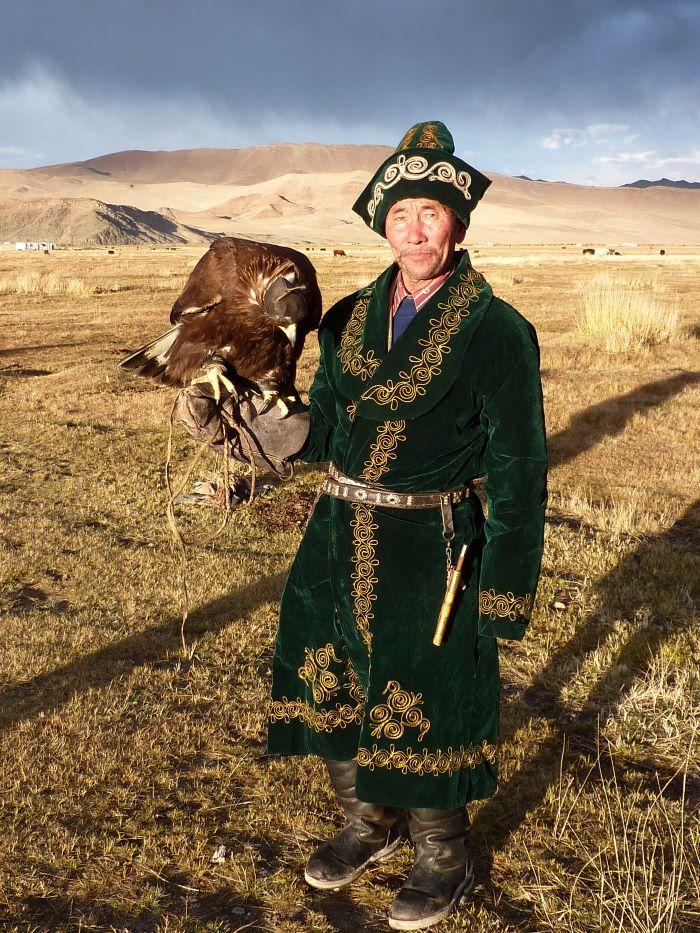 Le chasseur kazakh et son aigle. Photo : Maya de Mord Espaces