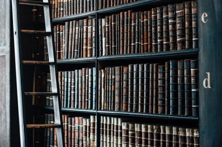 Bibliothèque aux livres anciens
