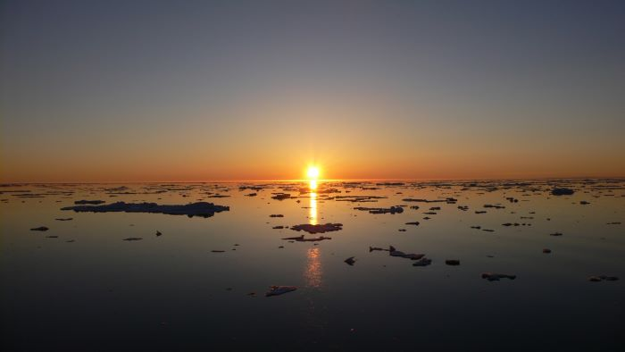 Coucher de soleil sur la banquise autour de l'île Wrangel, Tchoukotka. Photo : André de Nord Espaces