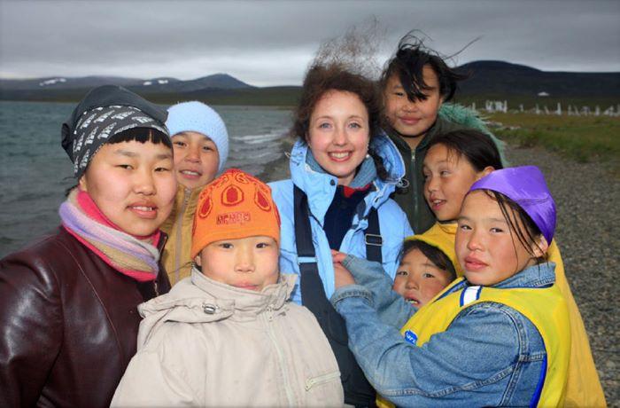 Julia entourée d'enfants tchouktches à l'Allée des Baleines. Photo Nord Espaces