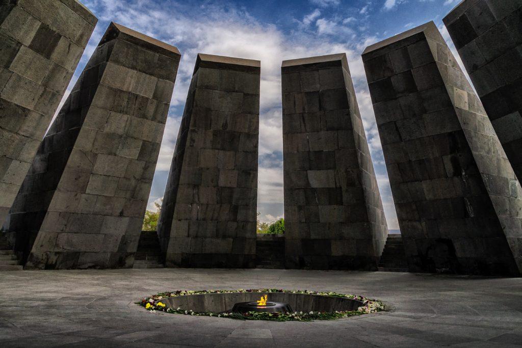 Le Tsitsernakaberd, mémorial dédié aux victimes du génocide arménien, Erevan. Photo : Amir Kh
