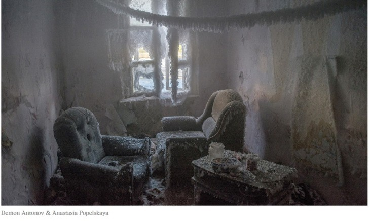 Maison abandonnée au gel à Ekaterinbourg, Anastasia Popelskaïa et Demon Antonov, 2017