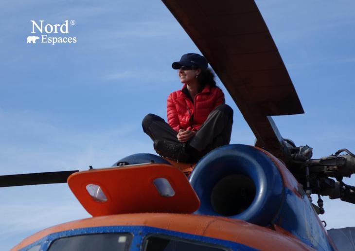 Julia sur un hélicoptère au Kamtchatka, Russie