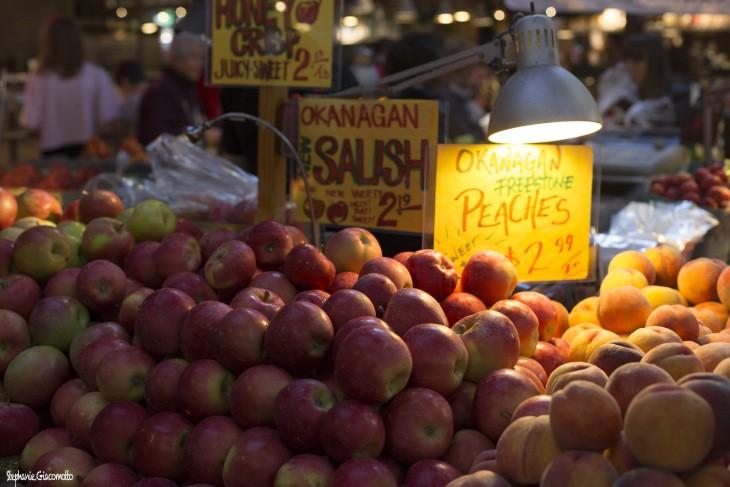 Pommes et pêches de la vallée de l'Okanagan, marché de Granville Island, Vancouver, Colombie-Britannique, Canada - Nord Espaces