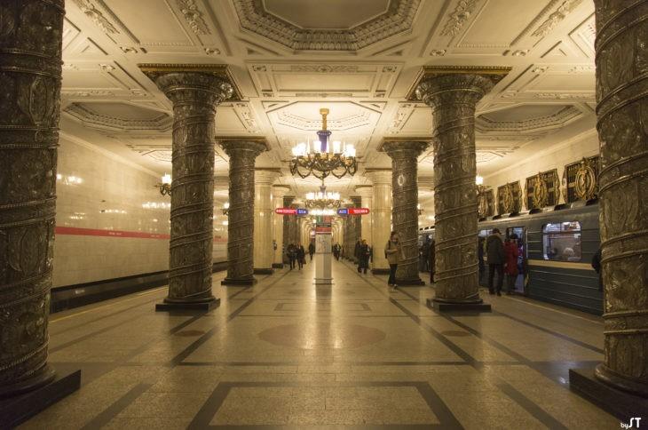 Station métro à Saint-Pétersbourg