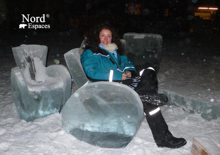 Salon d'un hôtel de glace en Suède