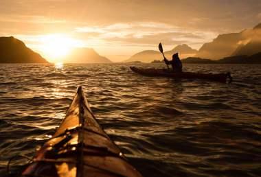Kayak aux îles Lofoten soleil de minuit en été