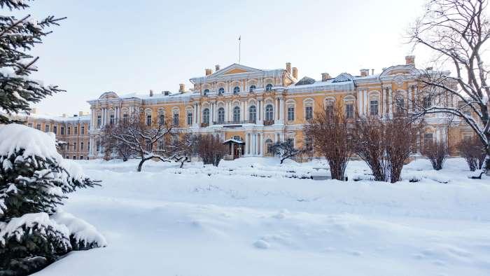 La neige magnifie les palais de Saint-Pétersbourg. Photo de Laura Buron