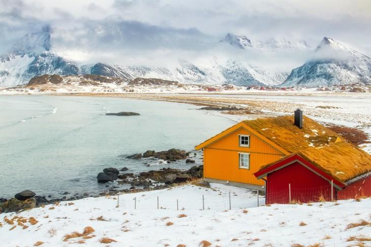 Une plage et des maisons colorées en hiver aux îles Lofoten, en Norvège