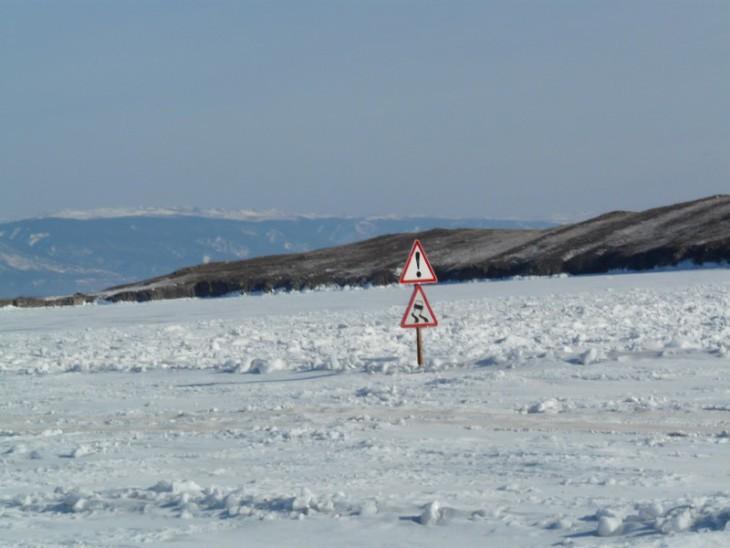 La route de glace, roue d'hiver au lac Baïkal