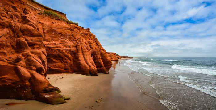 Falaise de grès rouge et plage de sable sur l'une des Îles de la Madeleine - Photo : Christophe Schindler