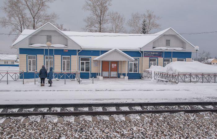 Une gare sur la ligne du Transsibérien par Jacqueline Macou.