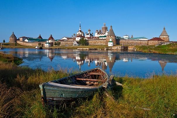 En Russie, le monastère orthodoxe Solovetski a dimposantes murailles