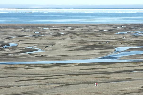 Promenade sur une plage de l'île Wrangel. Photo Nord Espaces