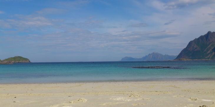 Plage de sable blanc et eau turquoise d'une île norvégienne