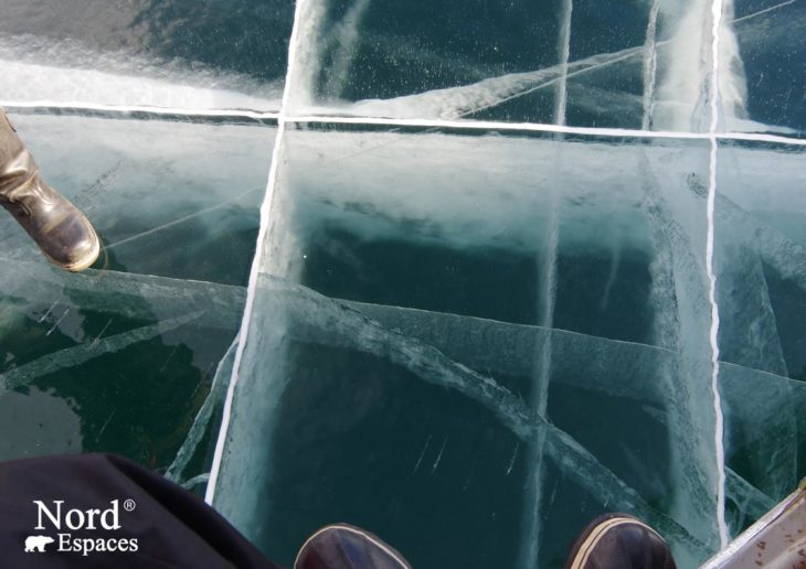 Profondeurs gelés du lac Baïkal en hiver