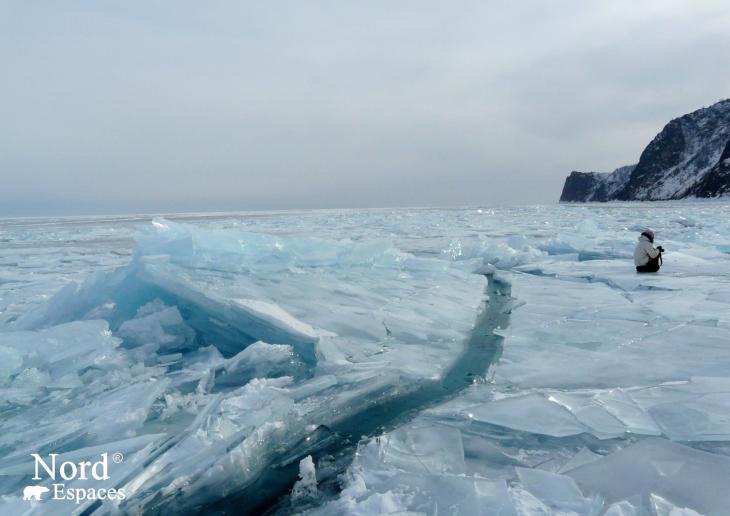 Crevasses sur le lac Baïkal gelé