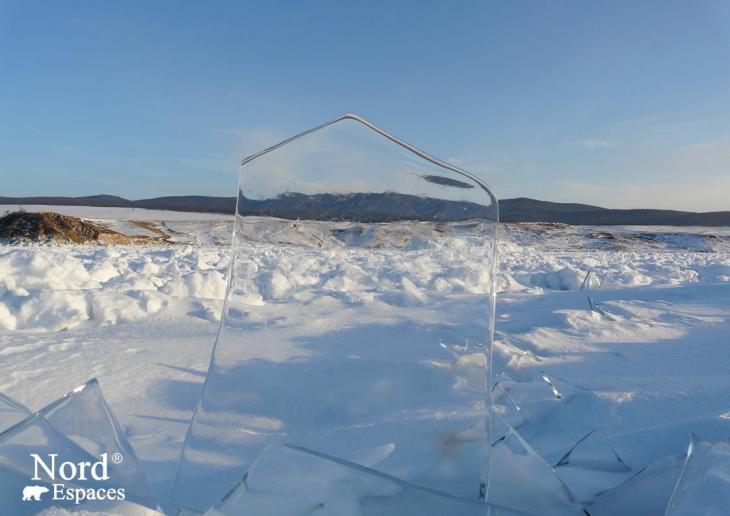 La glace transparente du lac Baïkal
