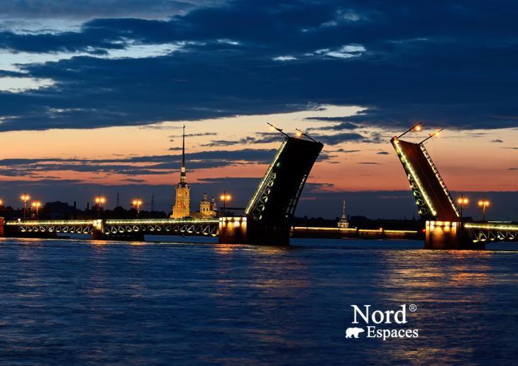 Ouverture des ponts sur la Néva à Saint-Pétersbourg